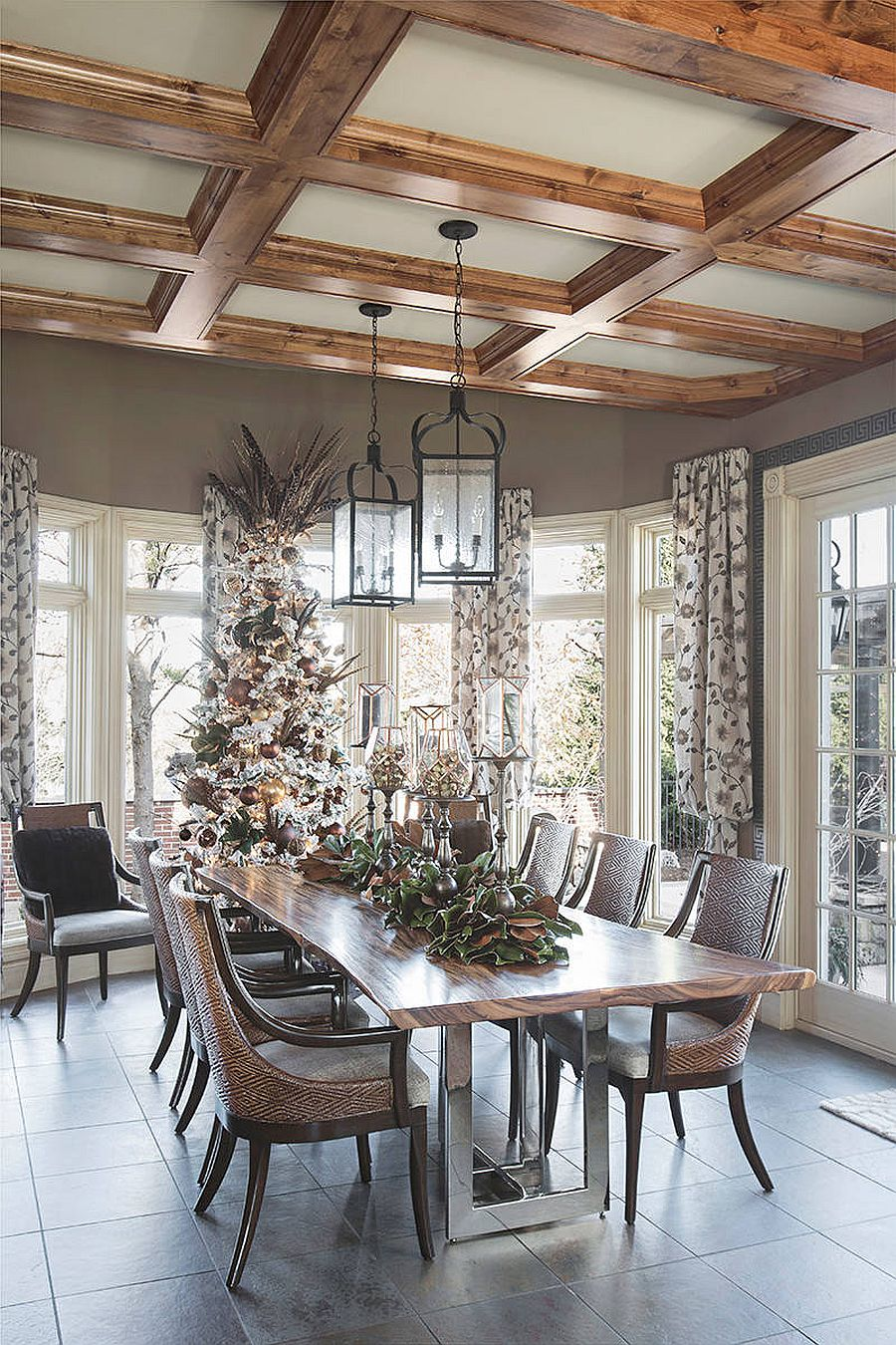 Choose the right color scheme for your holiday decorations in the dining room