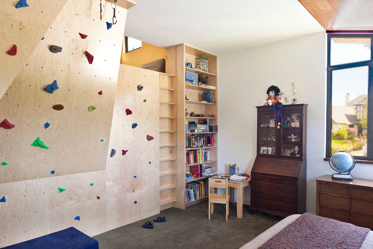 Climbing wall in wood also brings colorful elegance to the modern kids' room