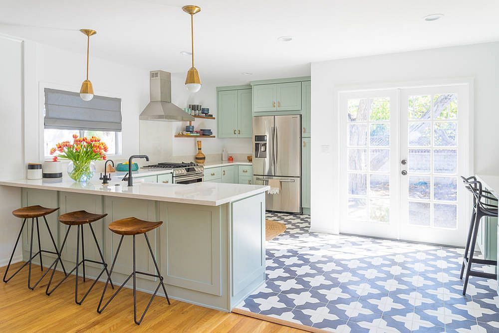 Fabulous-cottage-chic-style-kitchen-with-smart-stools-that-exude-understated-charm