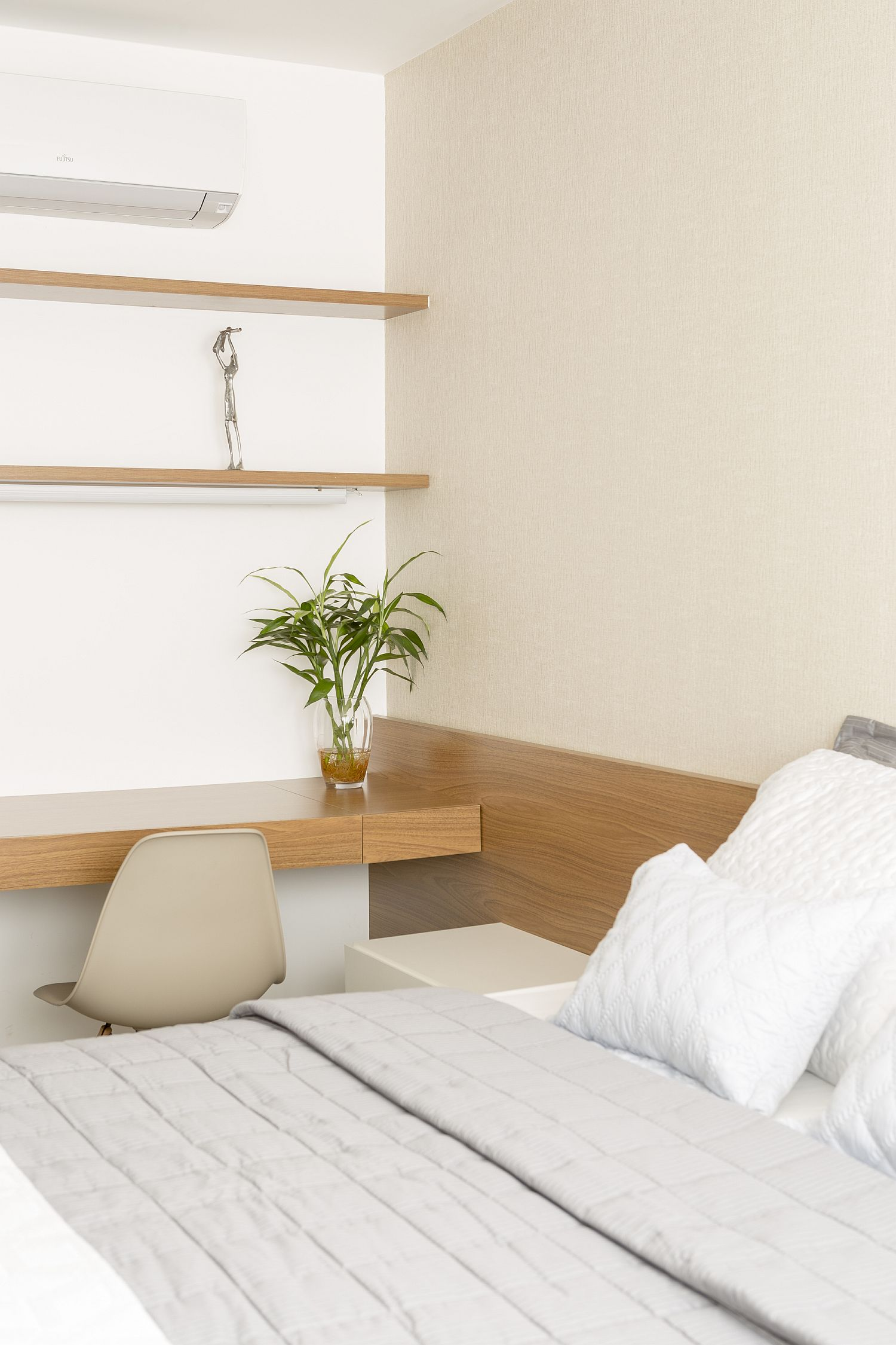 Guest-room-with-workspace-next-to-it
