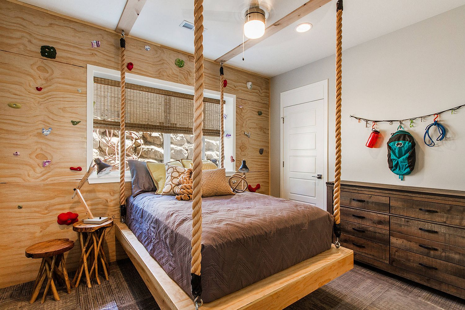 Hanging bed and custom climbing wall in wood for the small kids' room