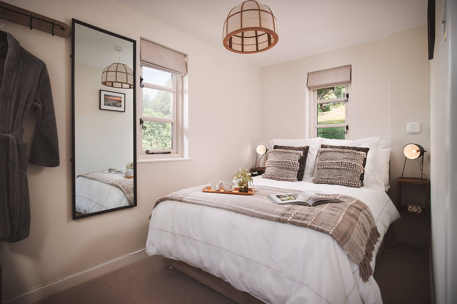 Holiday cottage style coupled with modernity inside the small bedroom in white and wood