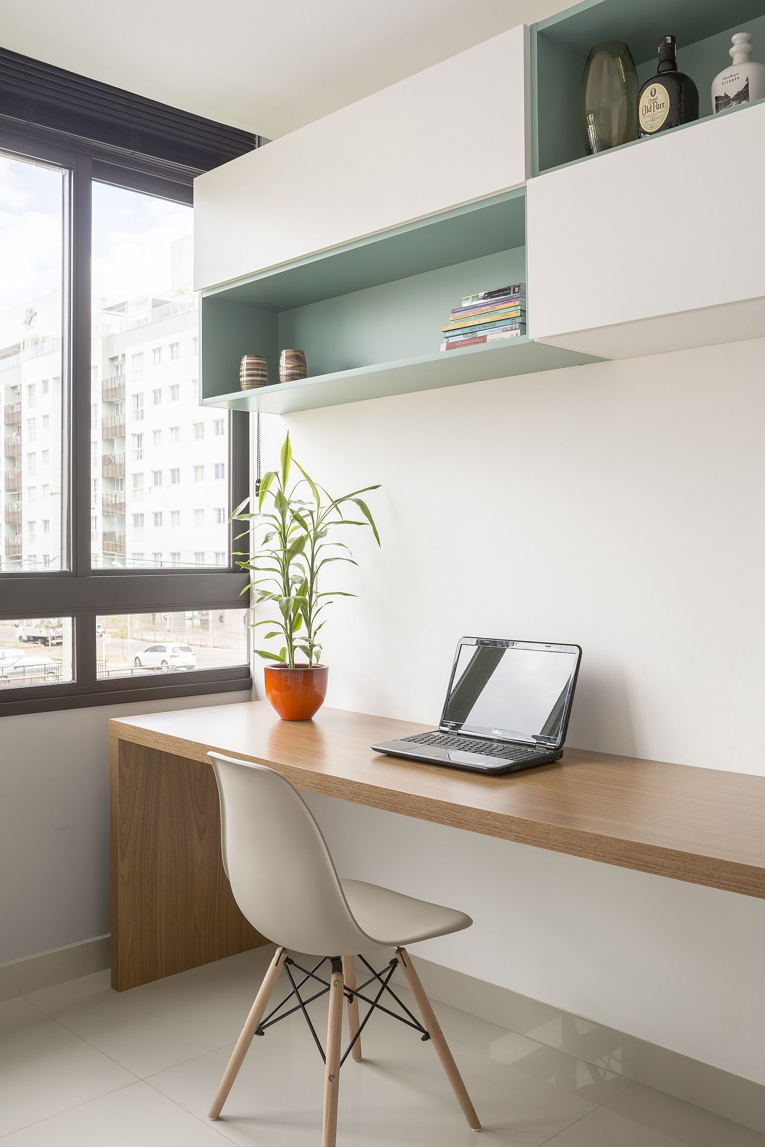 Home-workspace-that-can-be-turned-into-a-guest-room-when-needed