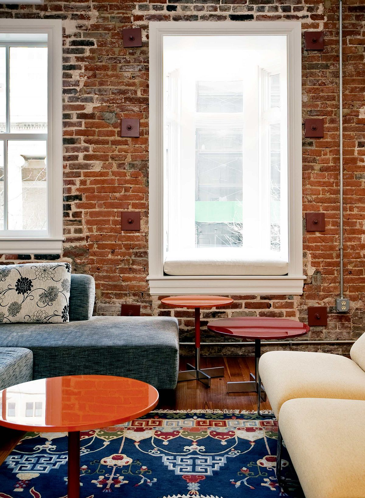 Multi-colored-rug-for-the-brick-wall-eclectic-style-living-room-with-comfy-decor