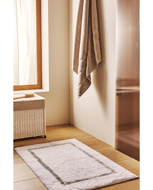 Rectangular bath mat with a border