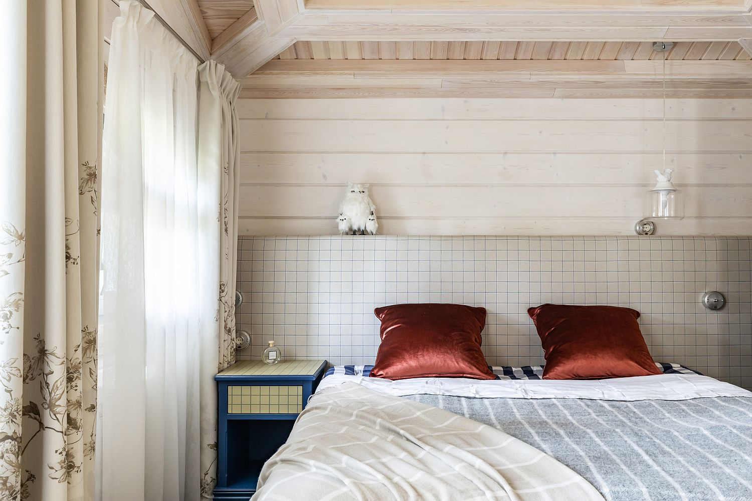 Ultra-easy and elegant way to add color to the small bedroom using accent pillows