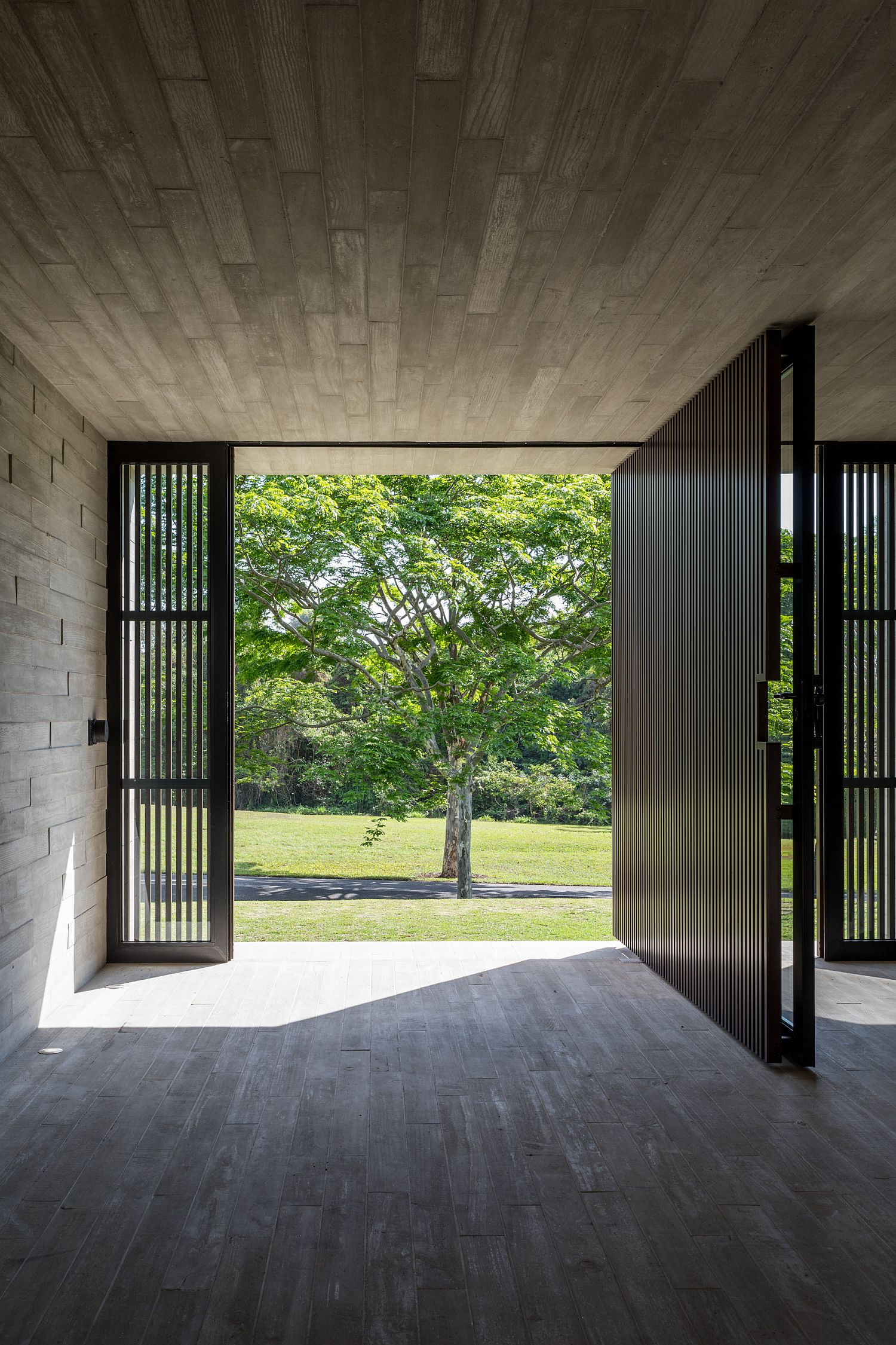 Wood-and-metal-interior-of-the-modern-home-in-Brazil