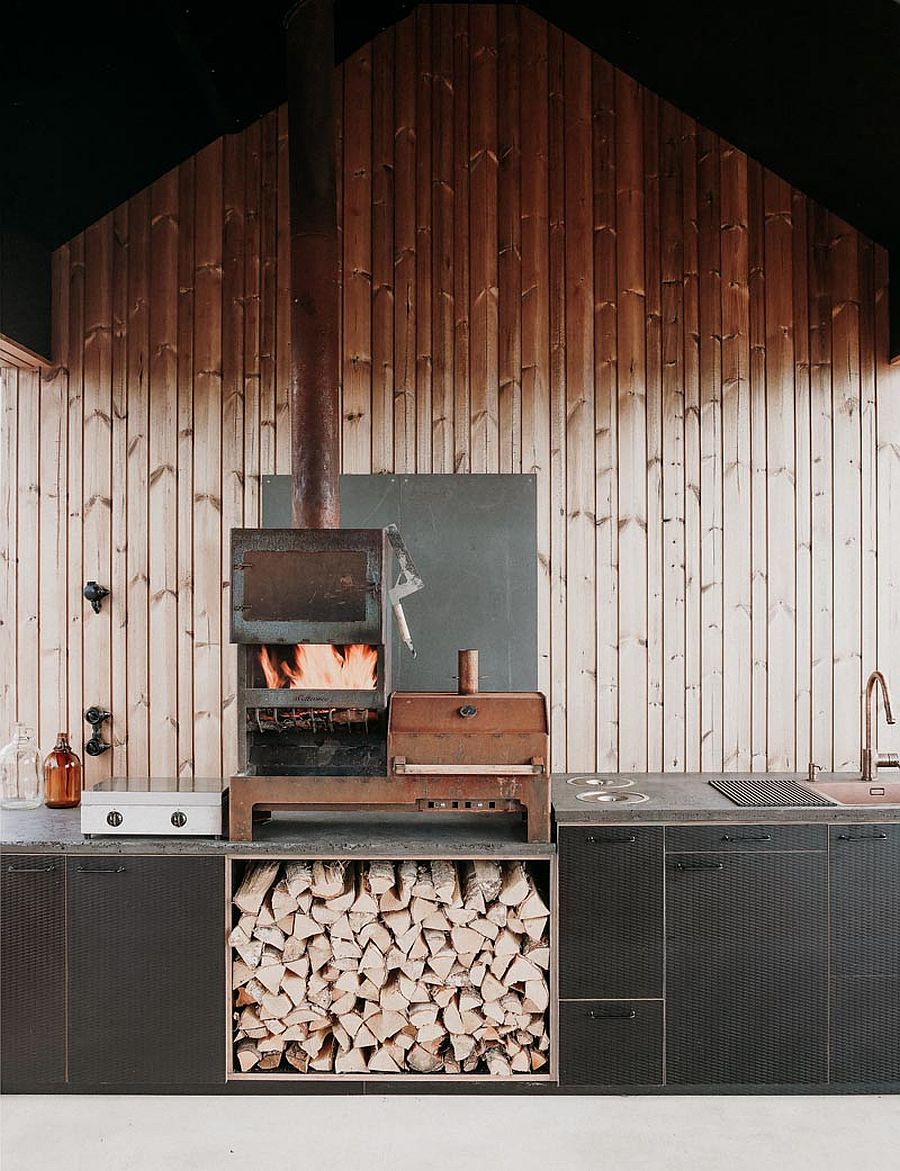 Wood-custom-black-finishes-and-smart-functionality-create-cozy-cabin-interior