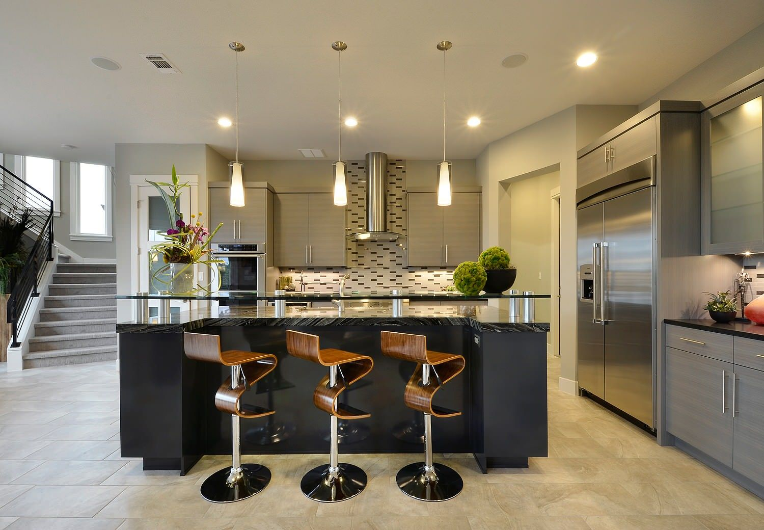 Woodsy bar stools also add geometric style and curvy elegance to the kitchen