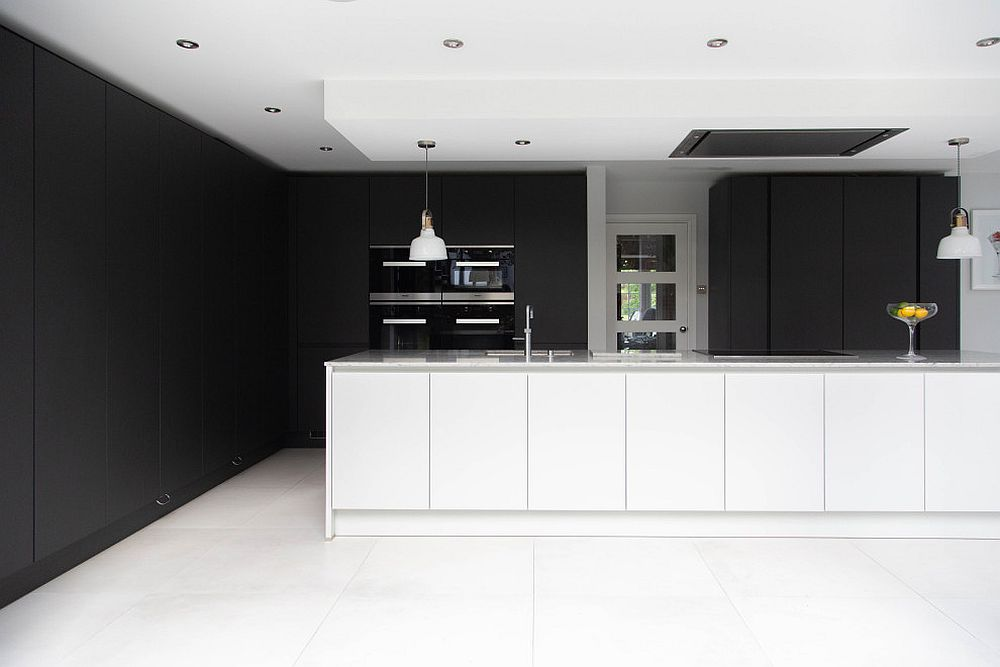 Backdrop-in-black-stands-out-more-visually-thanks-to-the-white-used-in-the-kitchen