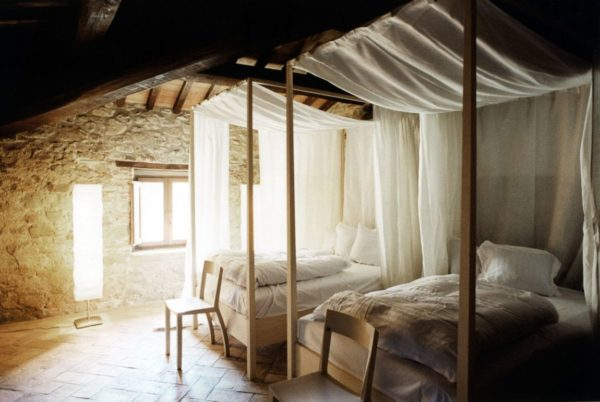 Casa-decor-with-twin-canopy-beds-600x402