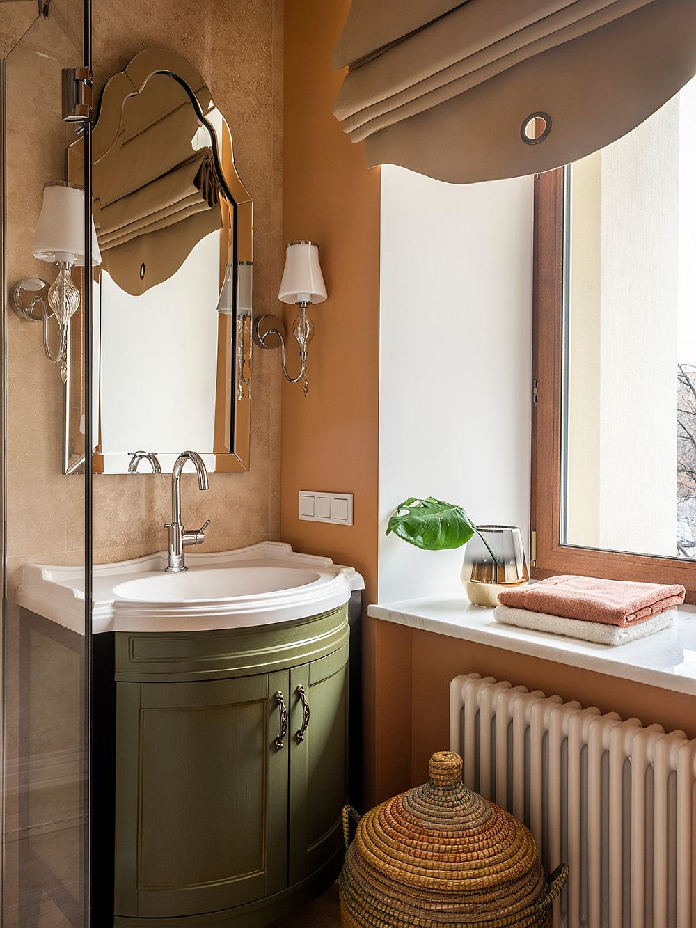 Combining green with textured walls and warm ambiance in the bathroom
