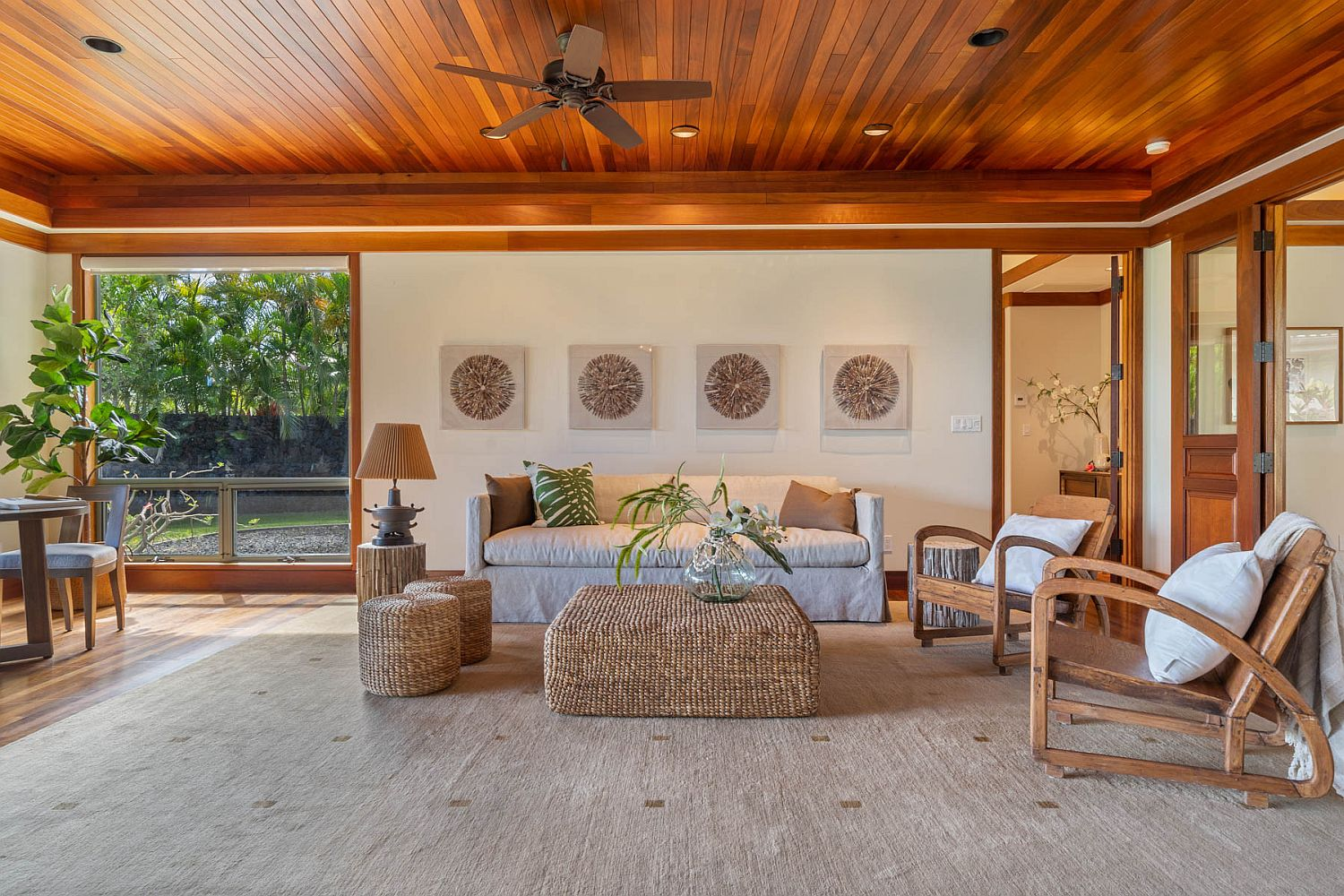 Decor in rattan, wood and bamboo give the room a more authentic tropical appeal