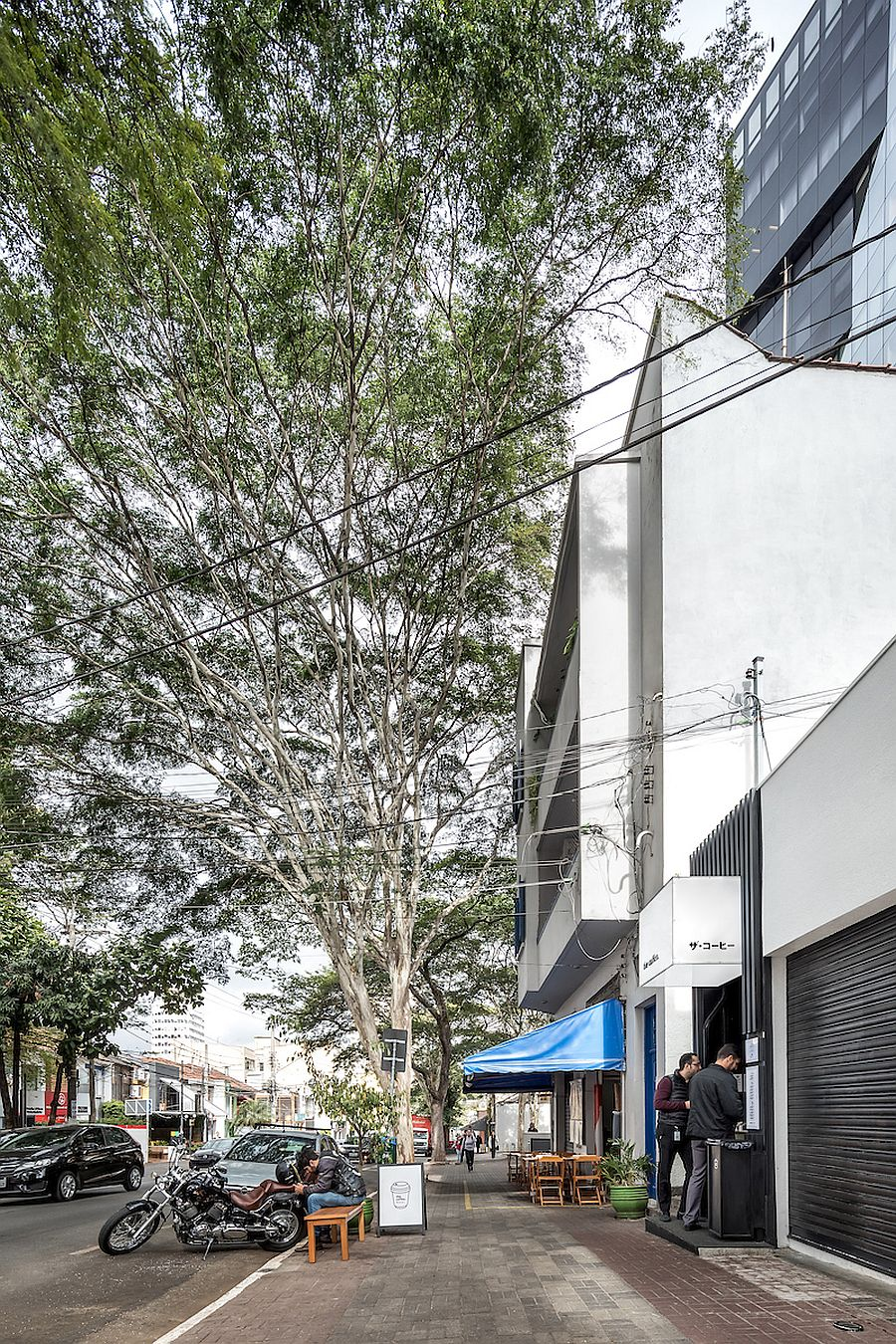Design of the modern coffee shop in Brazil maxmizes space in style