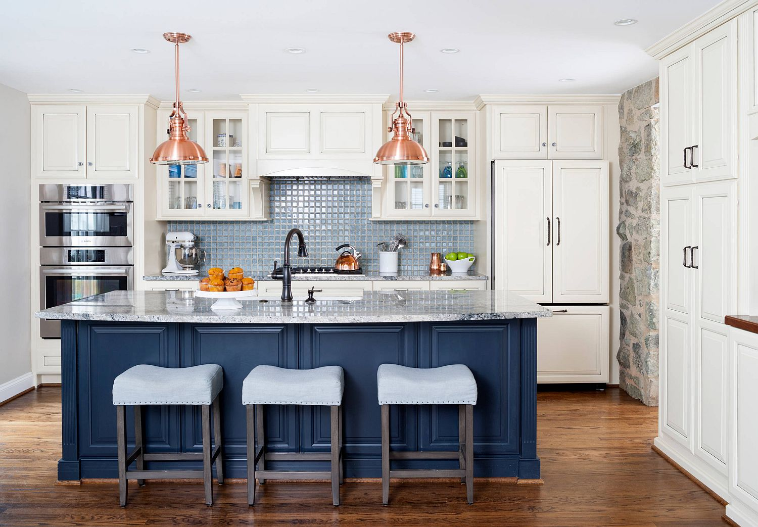 Hint-of-deep-blue-for-the-kitchen-in-white