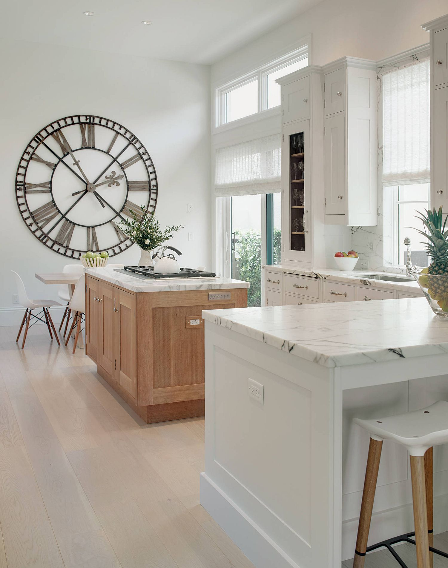 It-is-the-wooden-kitchen-island-that-brings-visual-and-textural-contrast-in-here