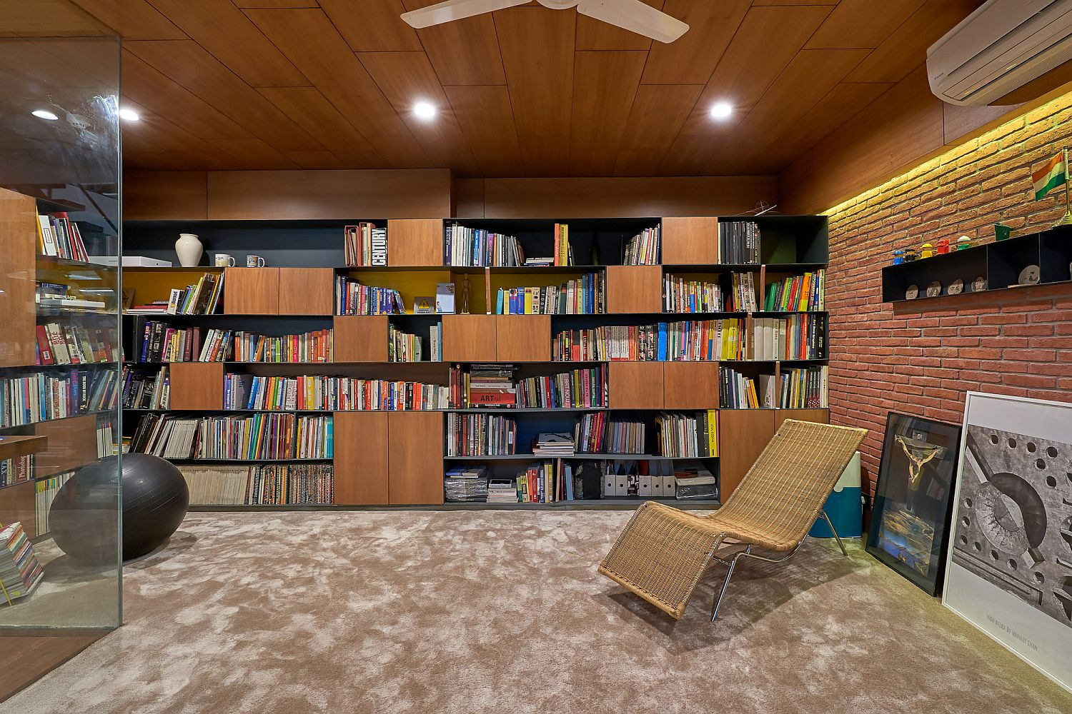 Library in brick, concrete and wood with ample shelf space