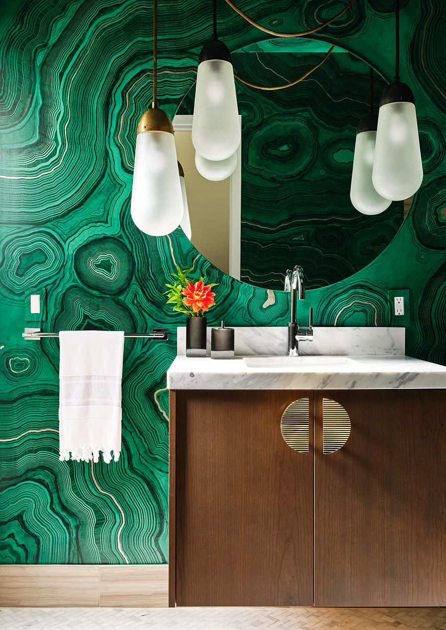 Malchite-pattern-wallpaper-for-the-bathroom-with-an-overload-of-green