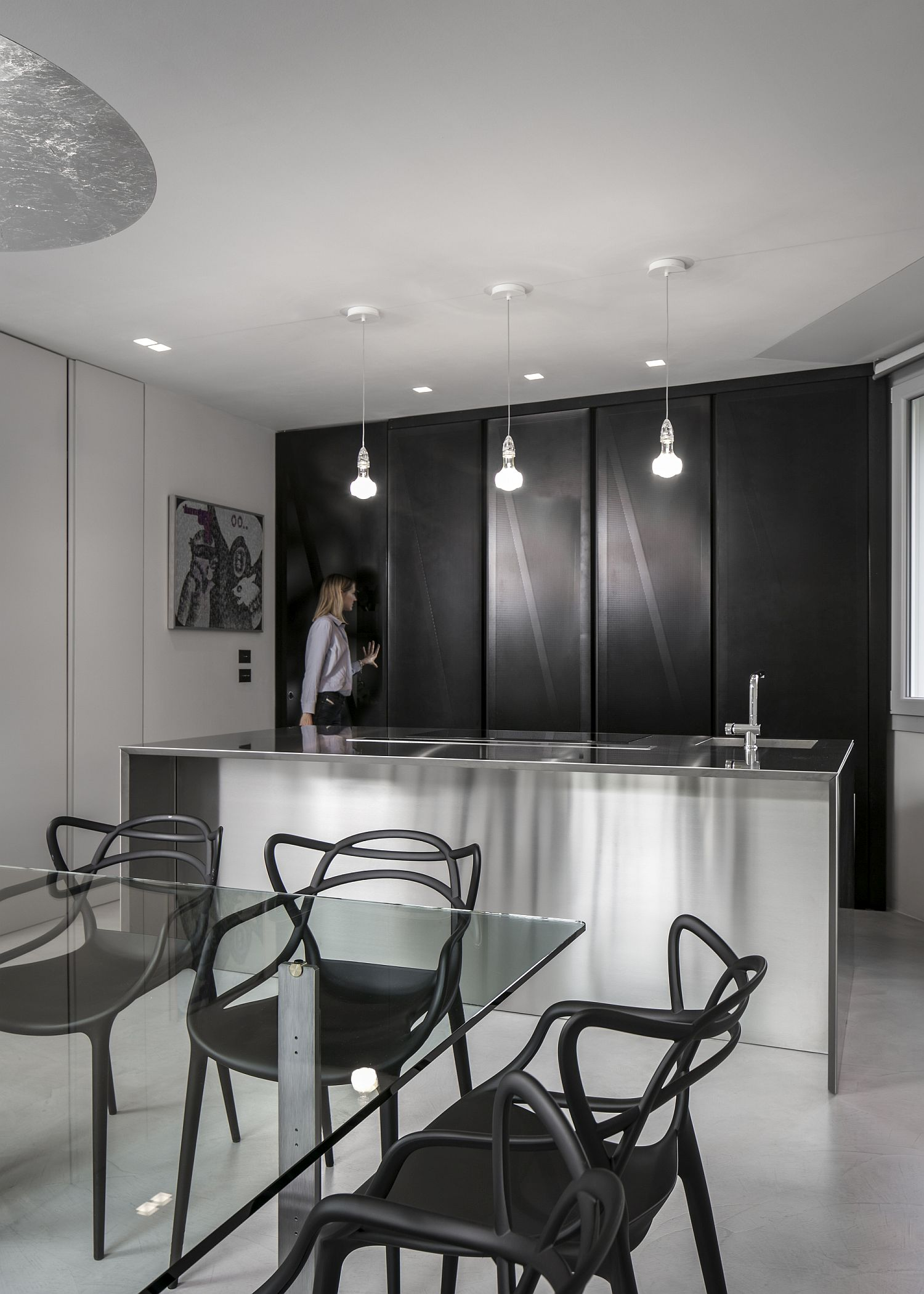 Metallic backdrop in black for the kitchen in neutral hues