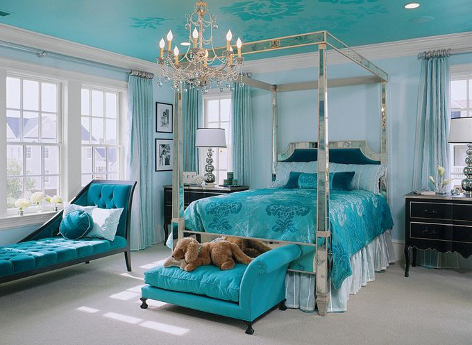 Turquoise-bedroom-decor-with-mirrored-bed-canopy