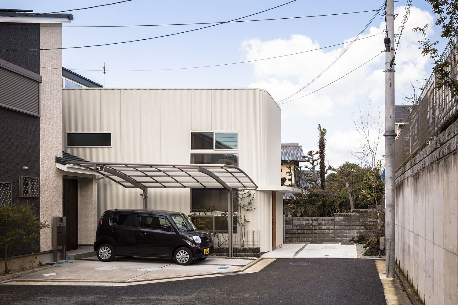 View of the entrance and the parking at the Melt House in Japan
