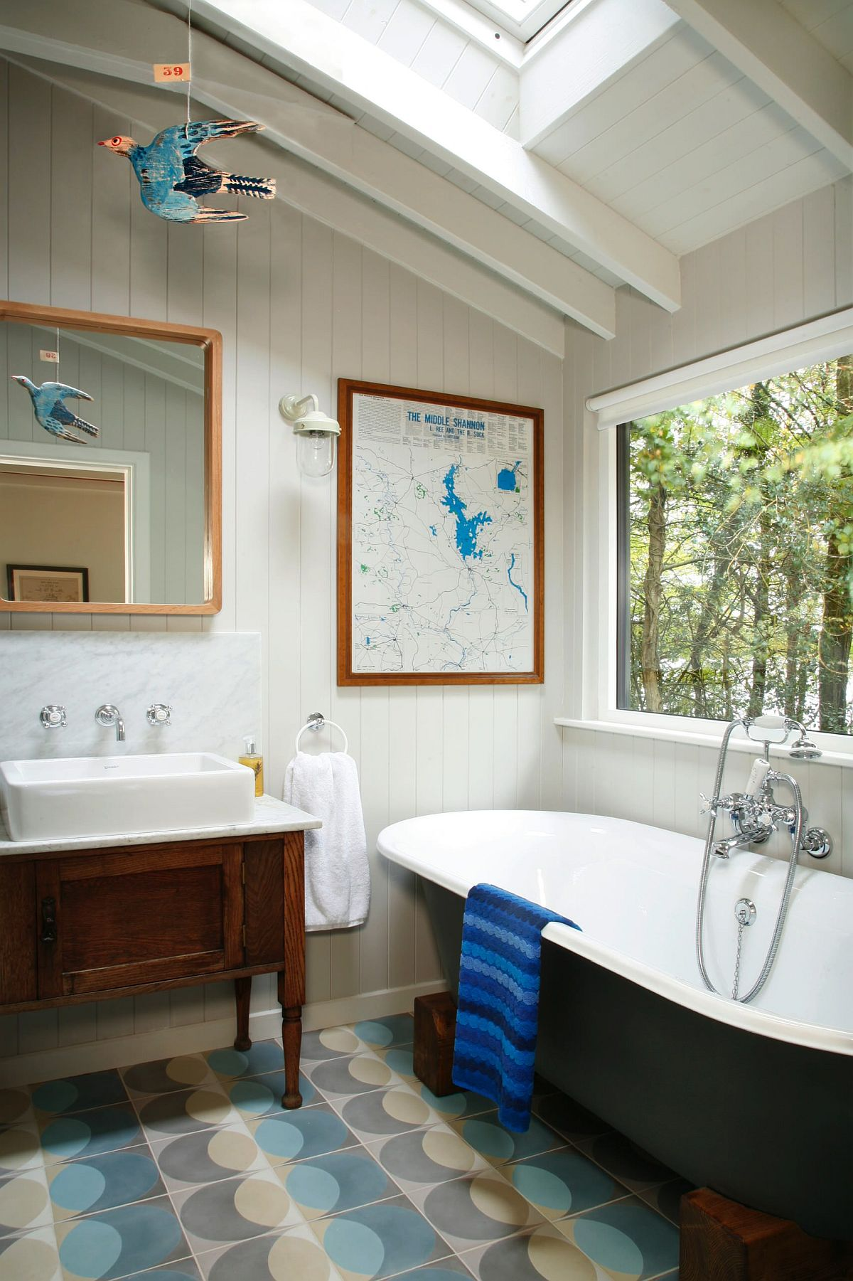 Wall-art-piece-brings-just-anhint-of-blue-into-this-lovely-bathroom