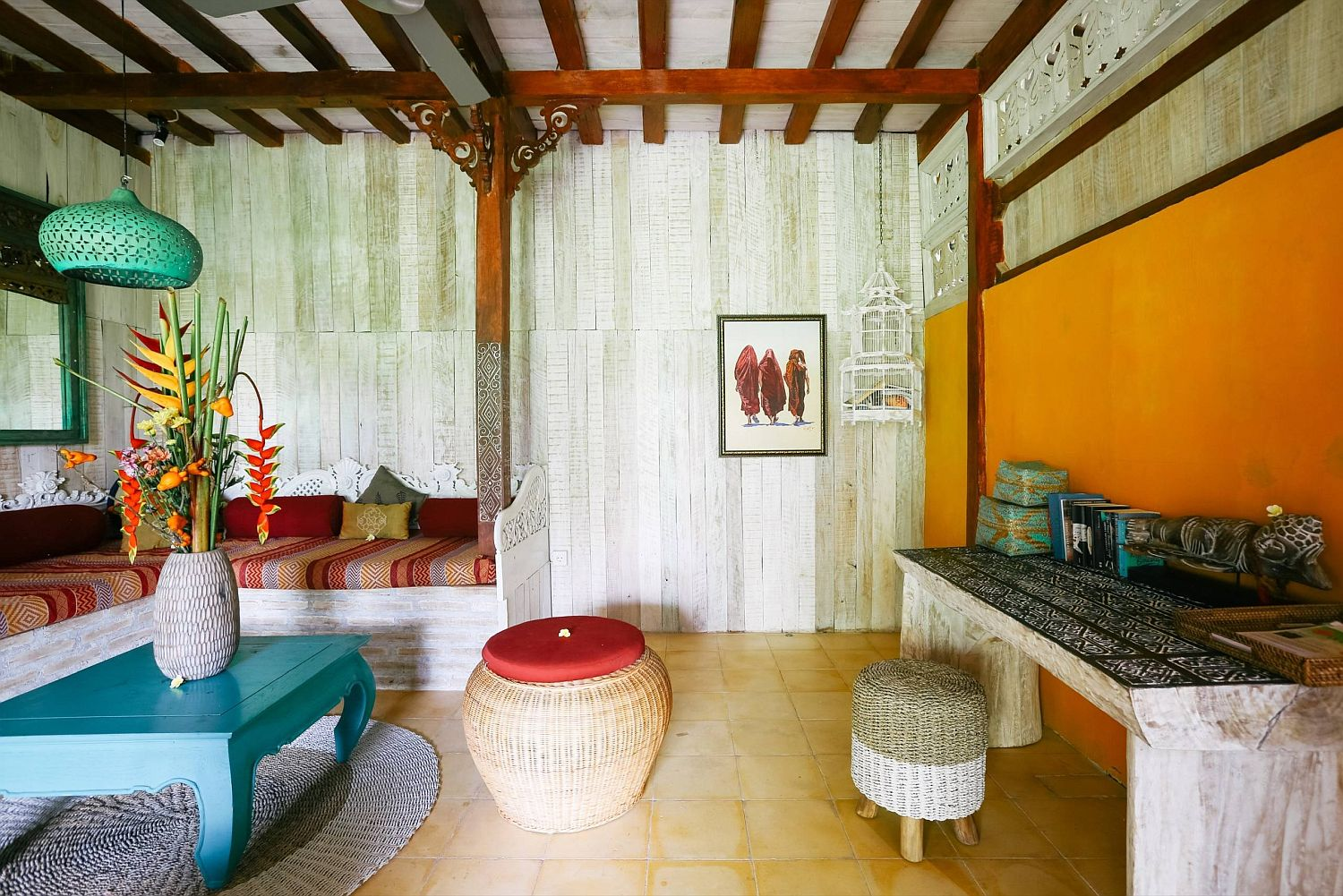 Yellow-accent-wall-for-the-tropical-style-living-room
