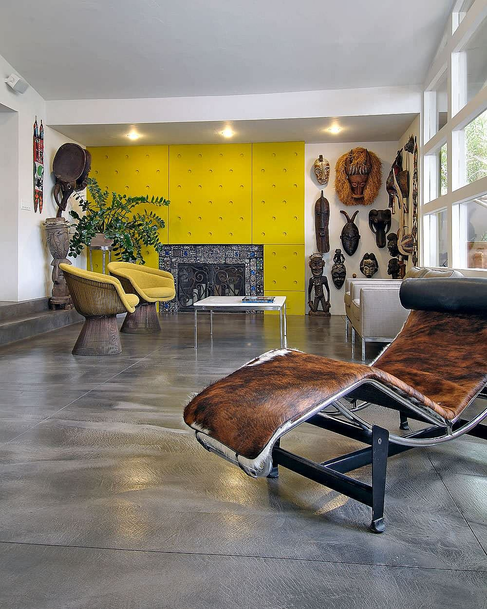 African style interior with the LC4 in cowhide that accentuates the style of the room