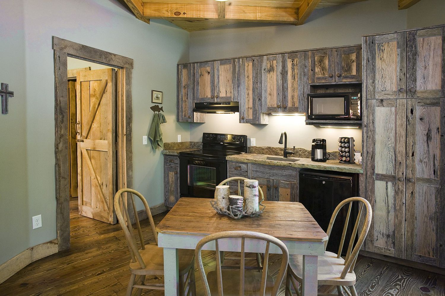 Brilliant blend of reclaimed wood and black in the farmhouse style kitchen