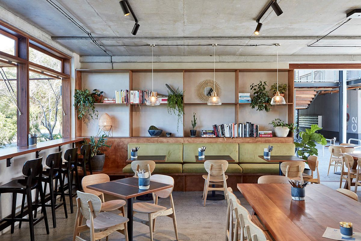 CUstom-decor-adds-elegance-to-the-interior-of-the-restaurant-with-concrete-backdrop-89694