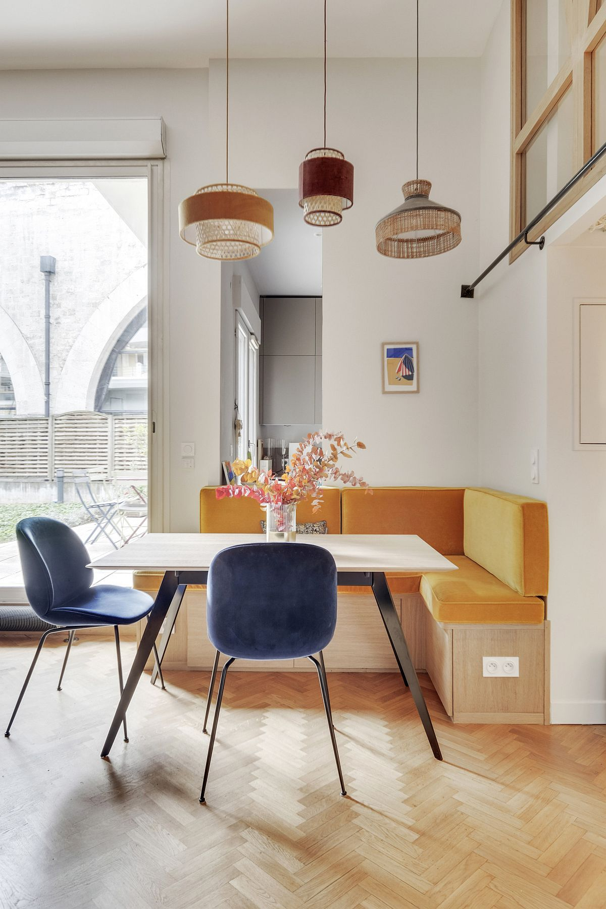 Corner-banquette-seating-for-the-small-Scandinavian-style-dining-room-38103