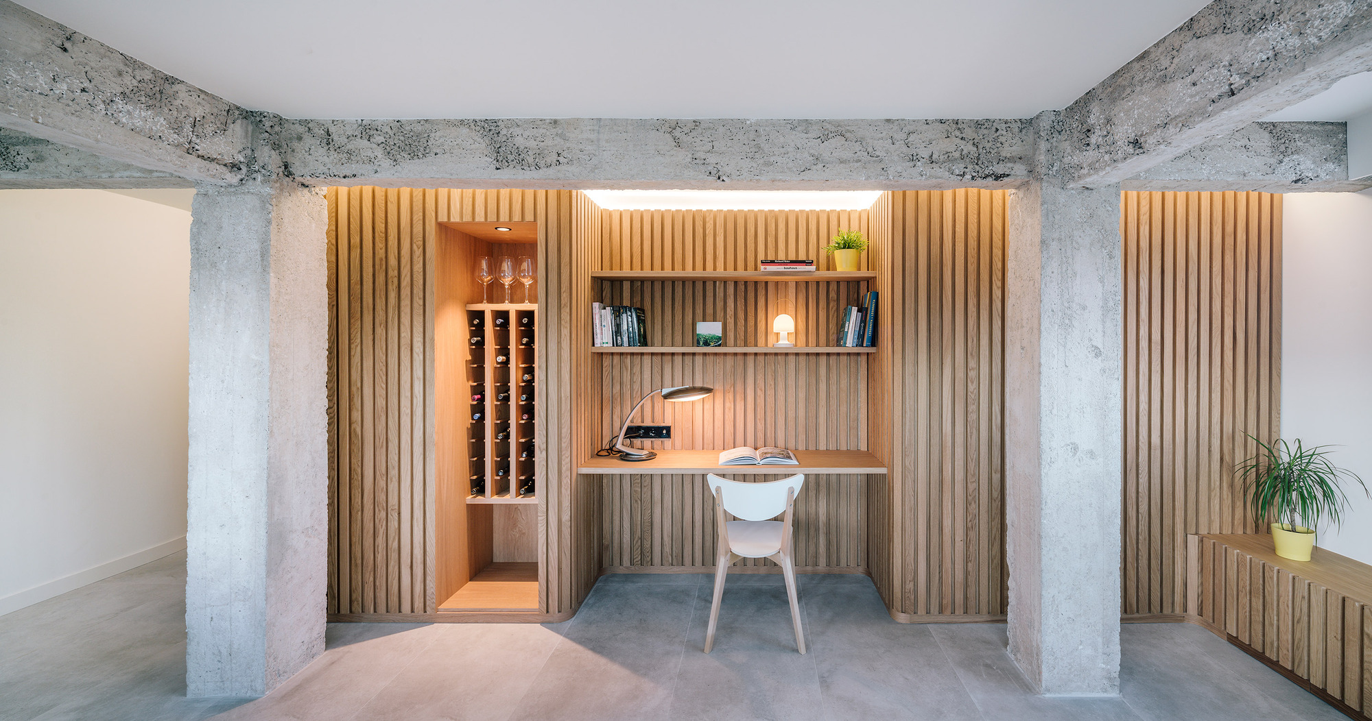 Custom wood walls and decor create a home offce while maximizing space inside the apartment