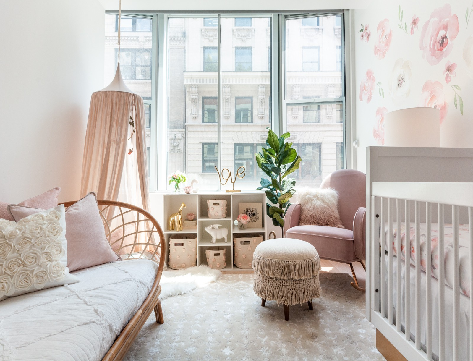 Fabulous-shabby-chic-nursery-with-pastel-pink-touches-and-lovely-natural-lighting-64290