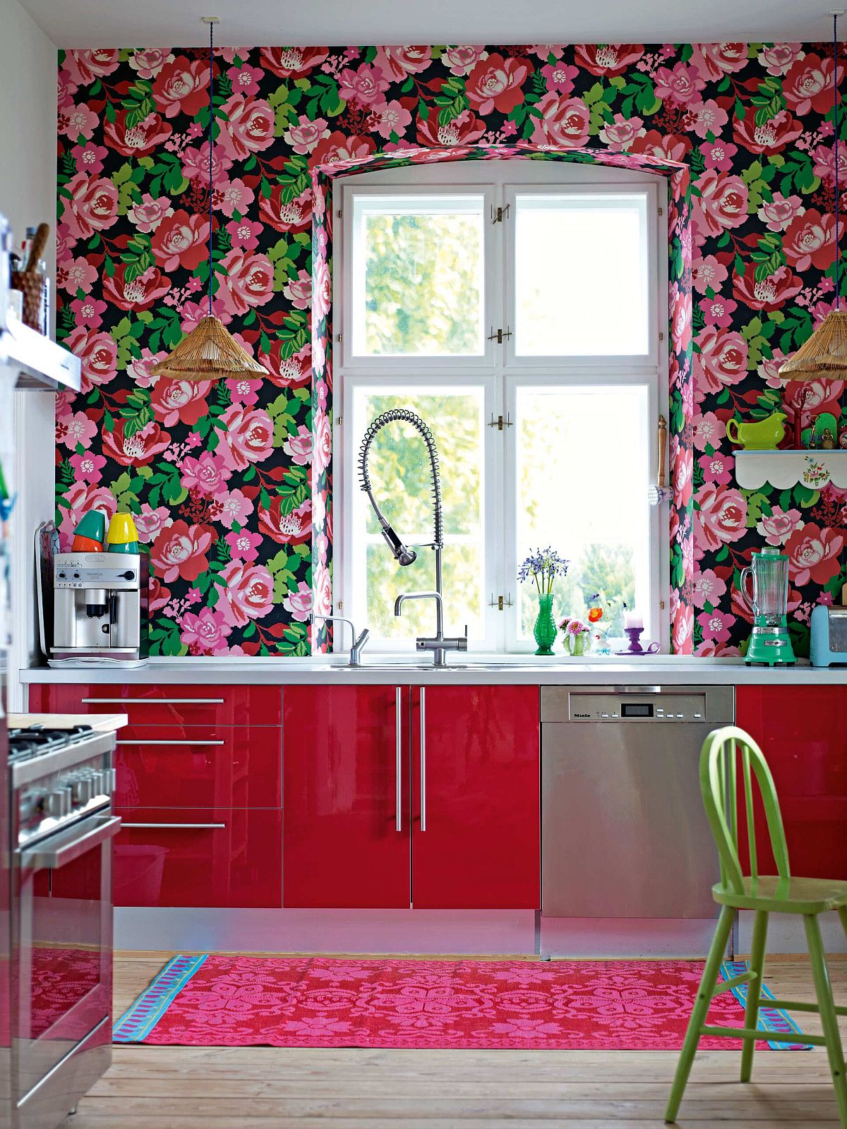 Floral brilliance sweeps you off your feet in this smart, modern kitchen