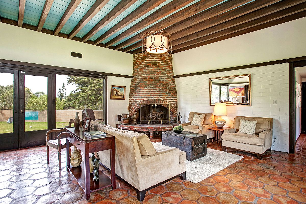 Gorgeous-mid-century-living-room-with-Mediterranean-touches-corner-fireplace-and-terracotta-floor-45725