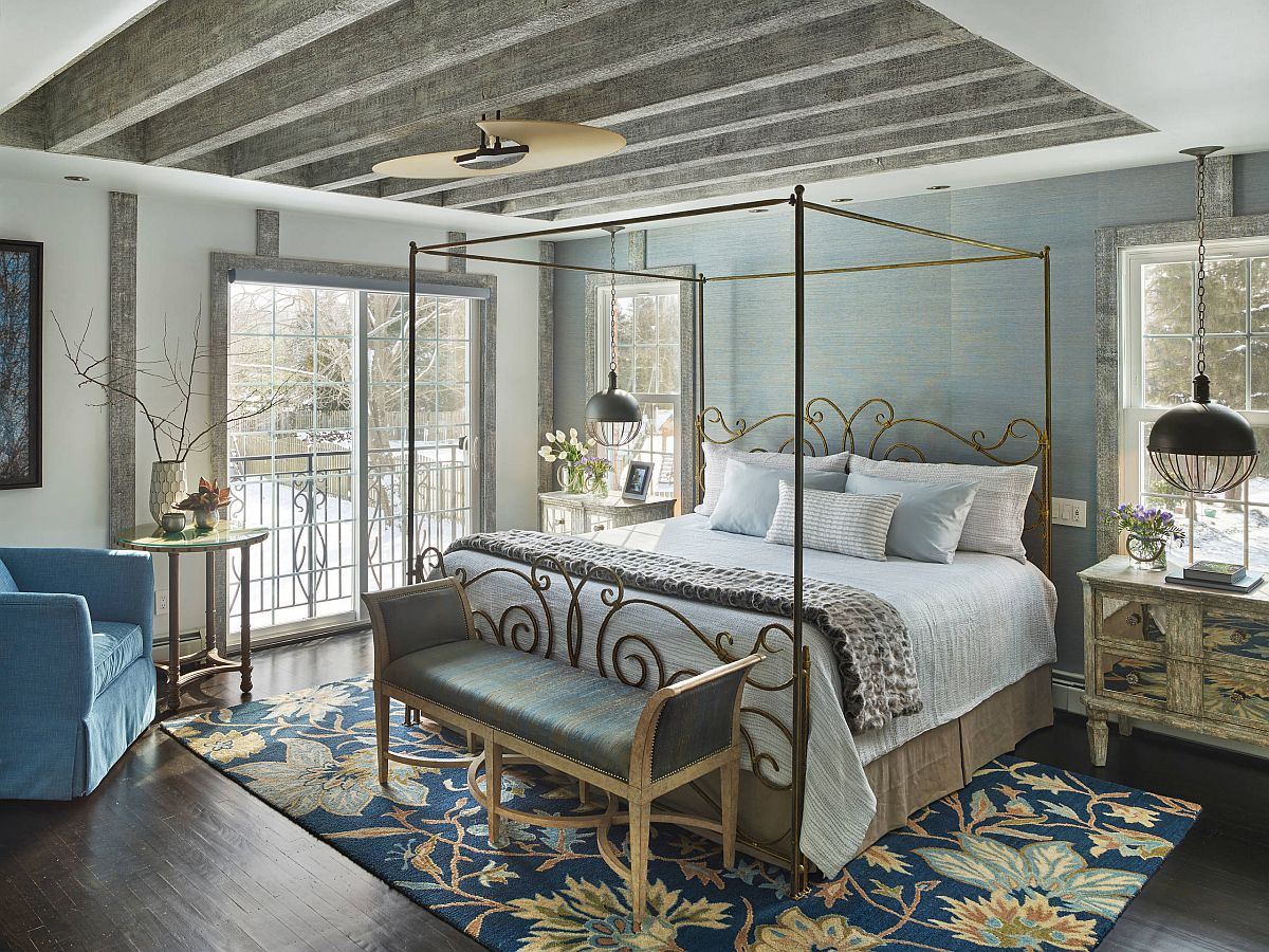 It is the slim ornate bedframe in gold along with the rug that steals the show in here!