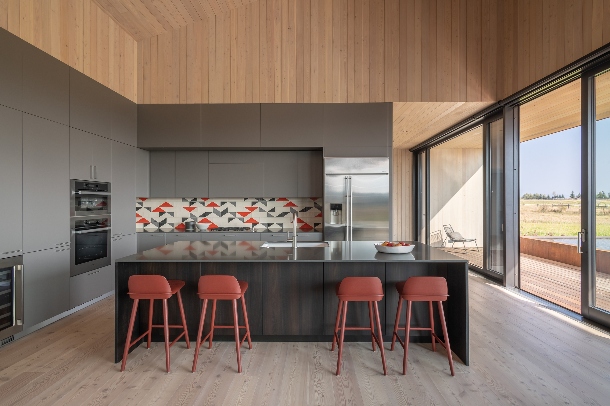 Light-dark-and-wooden-elements-intertwined-beautifully-in-the-spacious-kitchen-15646