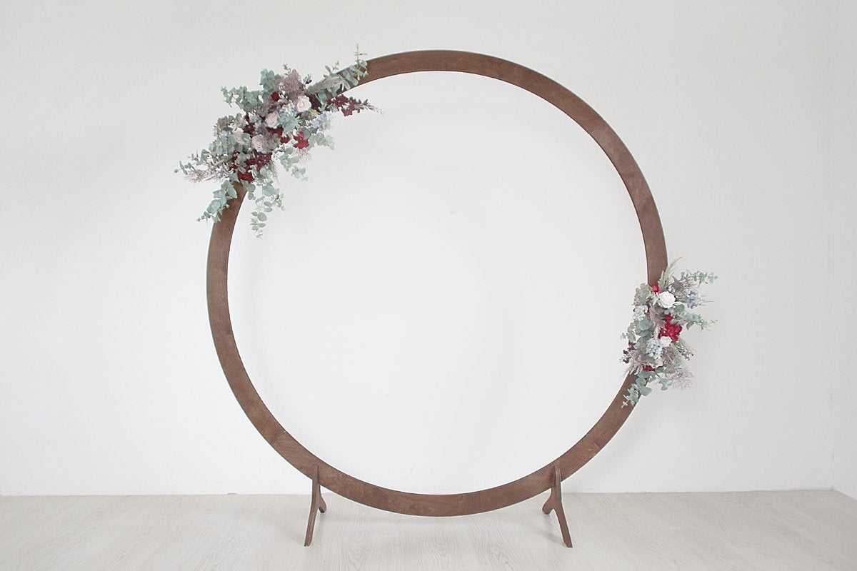 Round wedding arch with modern style