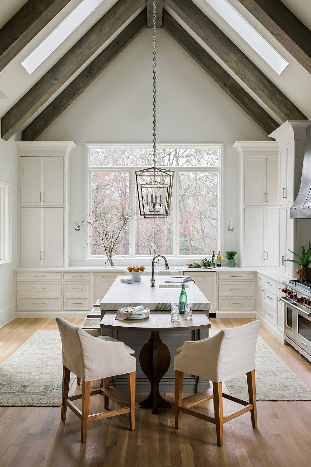 Rustic-kitchen-with-vaulted-ceiling-and-smart-wooden-beams-50090