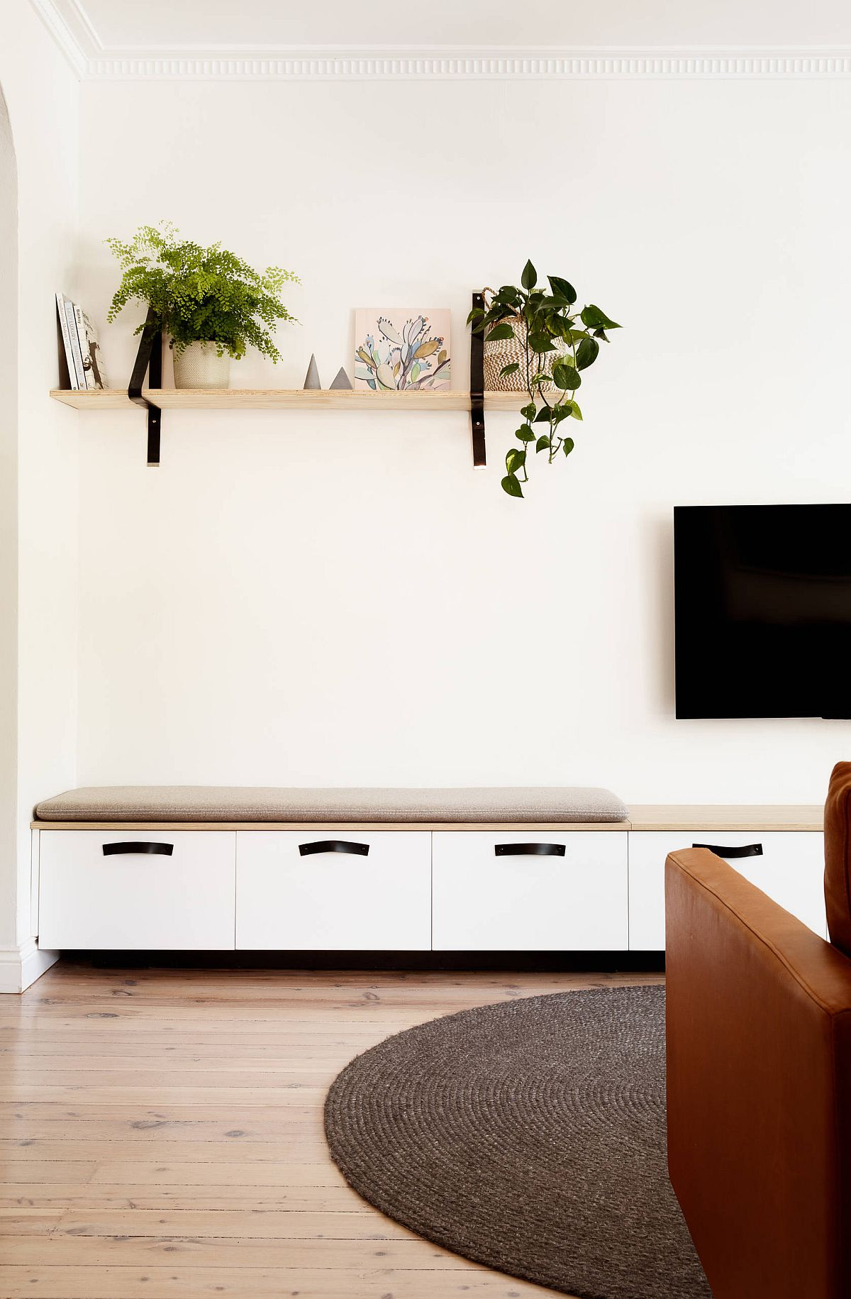 Simple-and-uncomplicated-color-scheme-anchored-in-white-54262