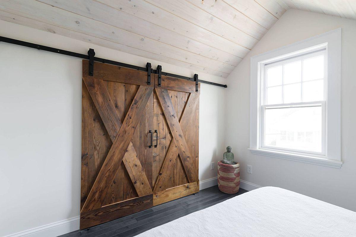 Sliding barn doors for the shabby chic attic berdoom in white