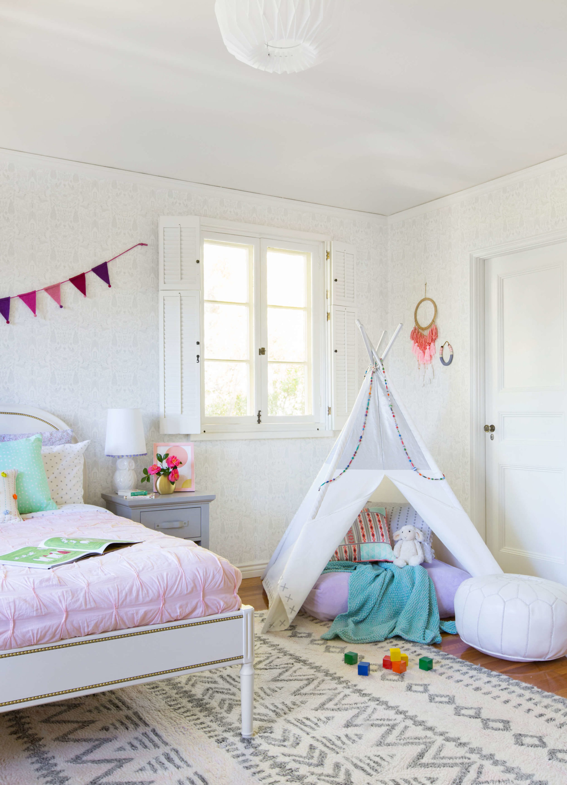 Small wall hangings in a girl's bedroom