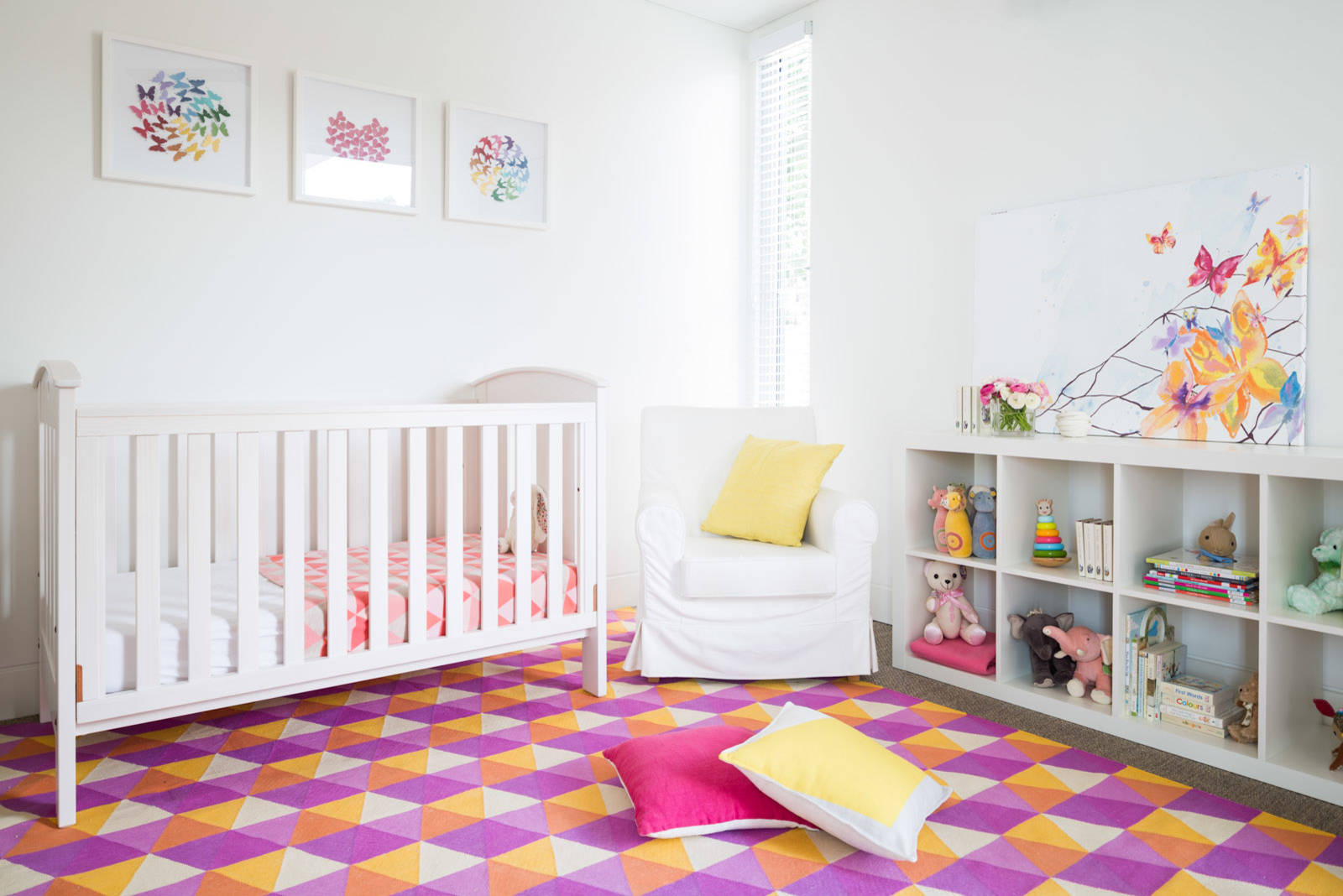 Smart rug in shades of purple, violet and yellow with hexagonal pattern for the kids' room
