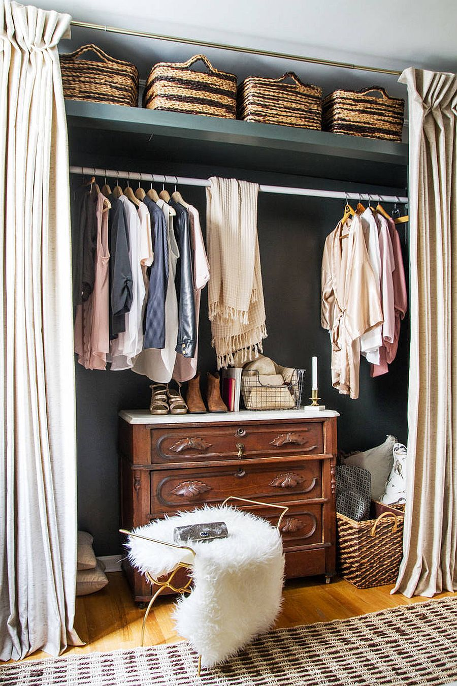 Turn the bedroom niche into a beautiful closet with curtains, a hanging rod and a traditional dresser