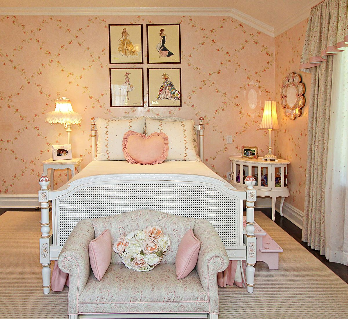 Bedroom with floral prints and pink walls for your little princess