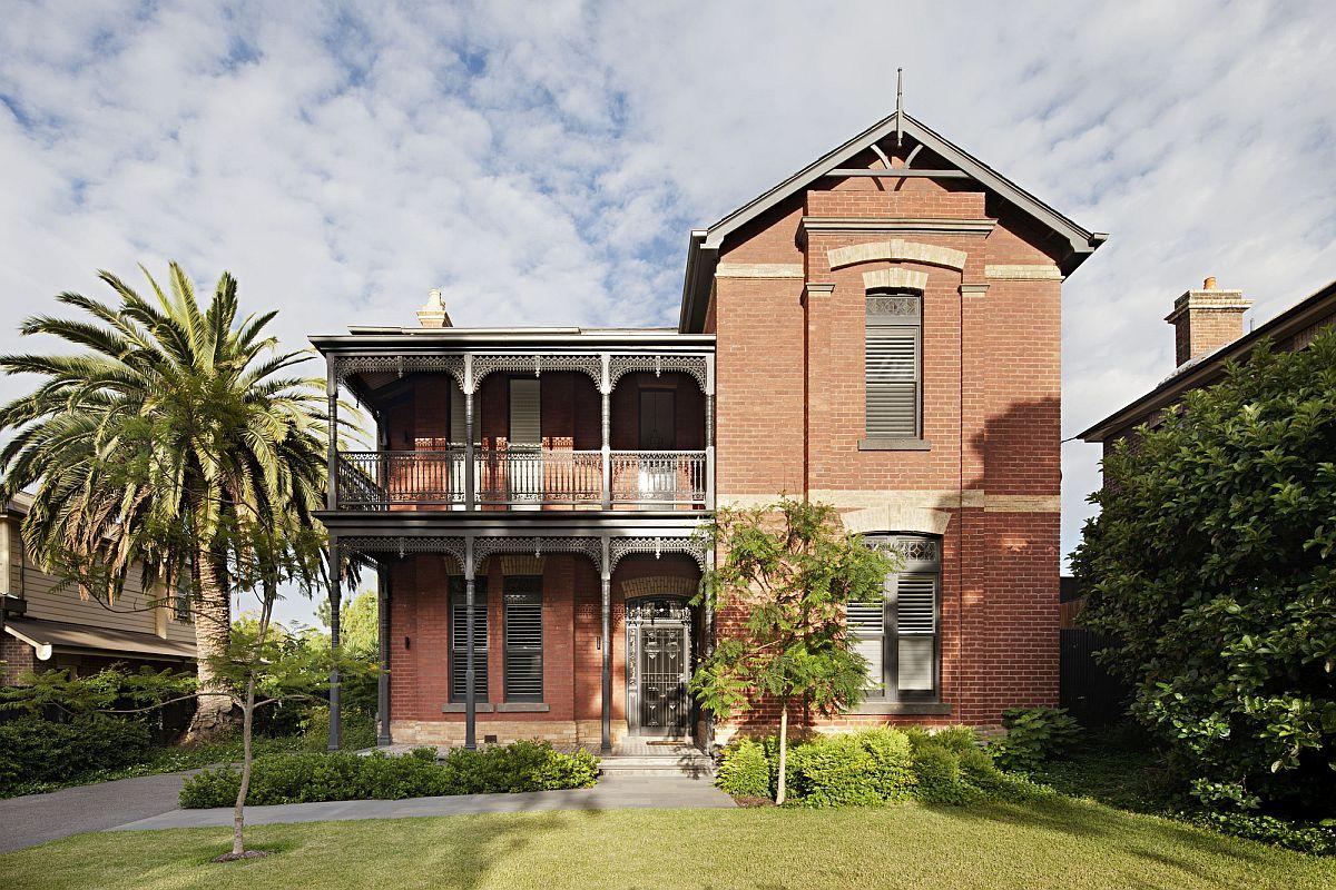 Heritage-street-facade-of-classic-Victorian-era-villa-in-the-inner-suburb-of-Melbourne-10953