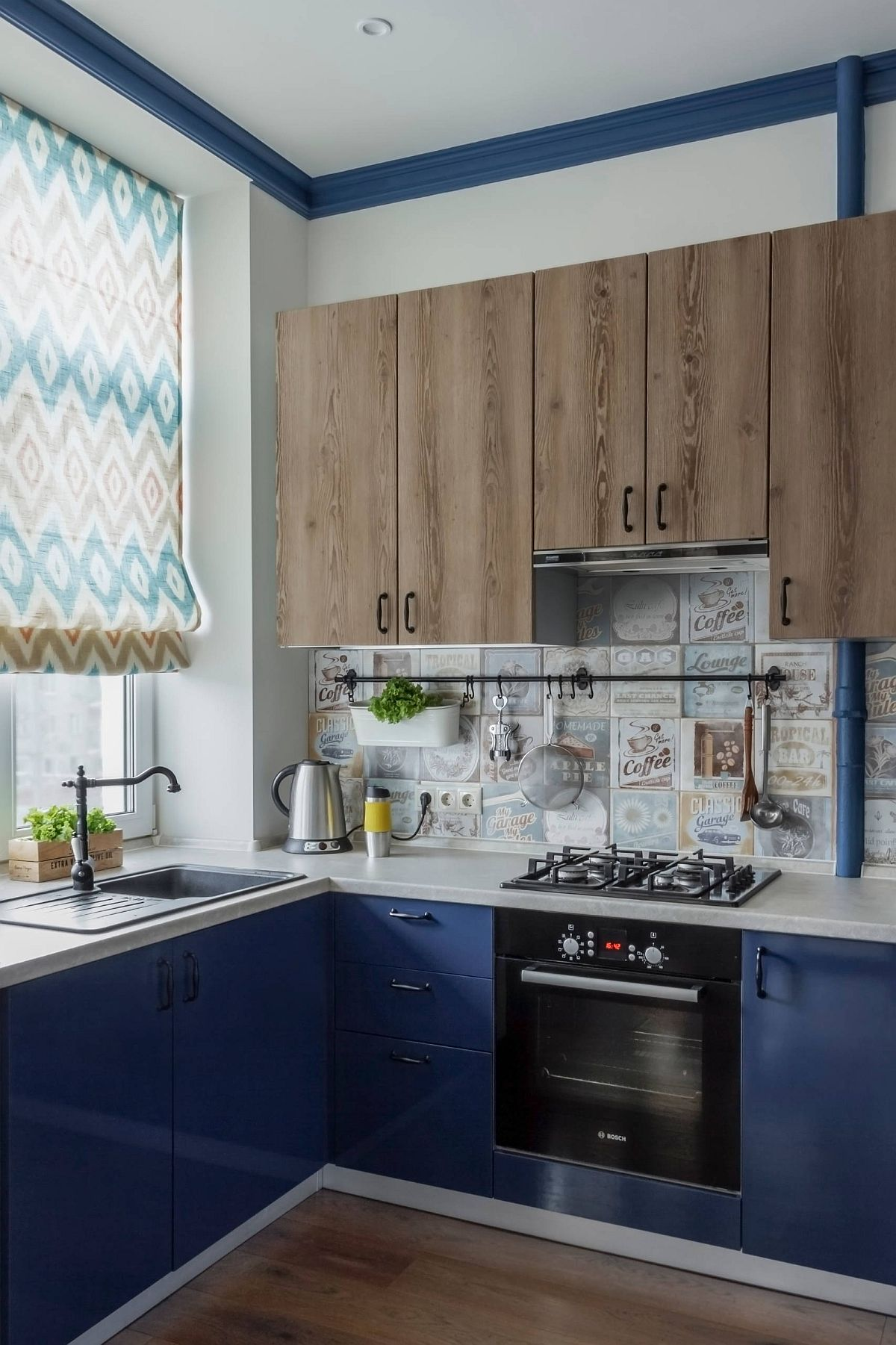 Lovely-use-of-blue-inside-the-tiny-eclectic-kitchen-28572