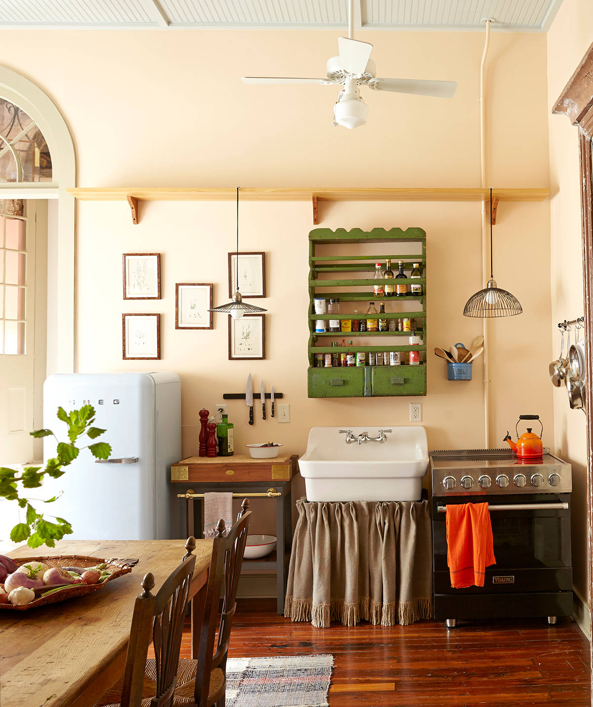 Serene-French-Country-style-coupled-with-eclectic-aesthetics-in-the-small-kitchen-64328