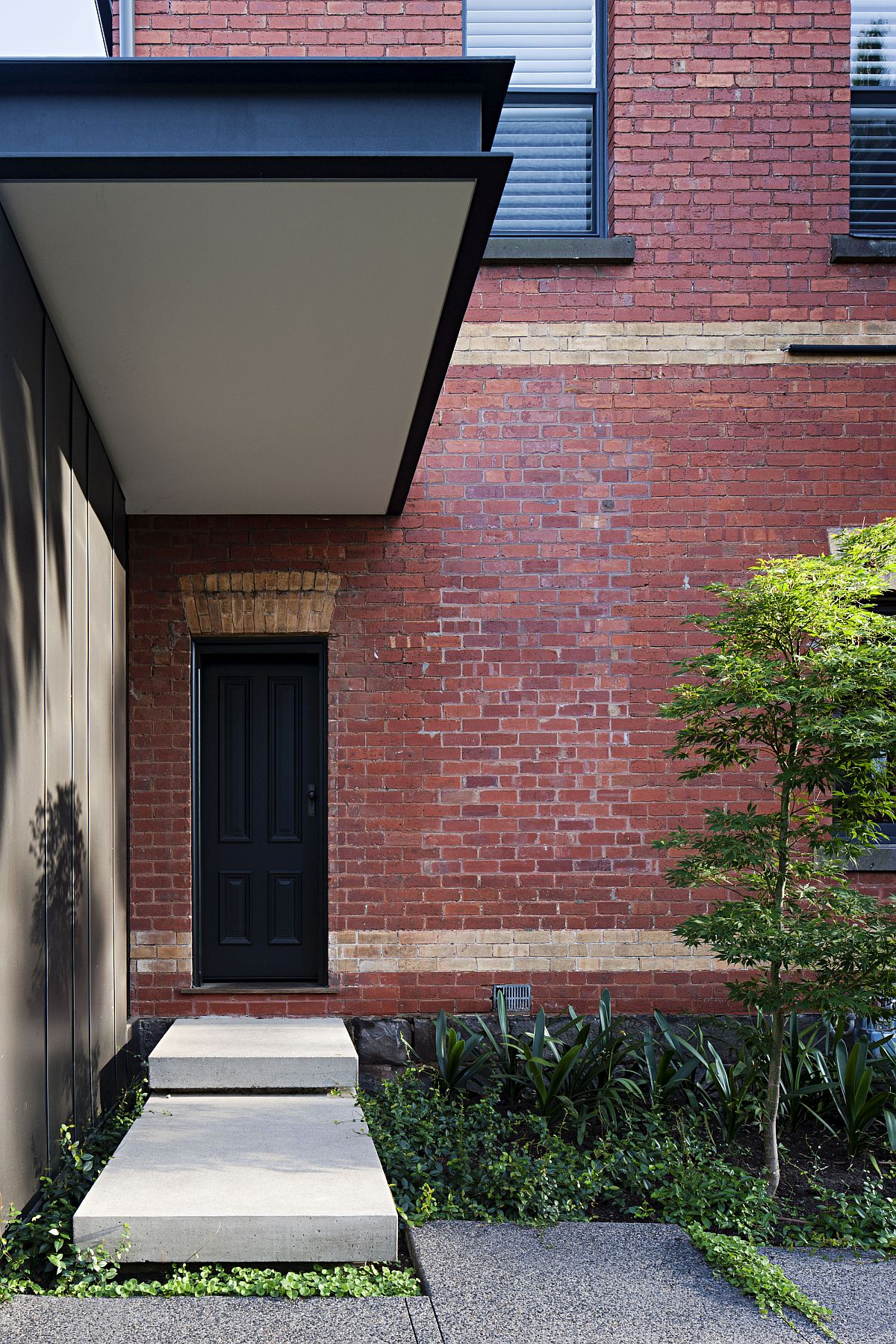 Sheltered-street-facade-of-the-Melbourne-home-with-brick-walls-59852