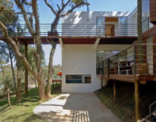 Walkway House: Spacious Modern House Integrates with Forest Around It